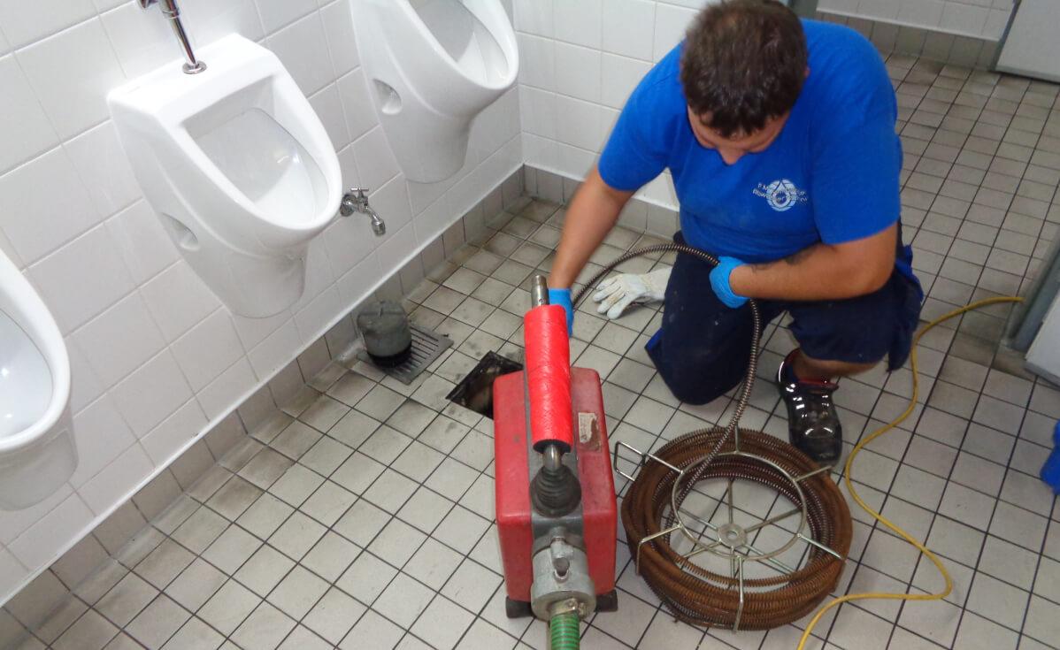 Rohrreinigung bei Rohrverstopfung von Abfluss.