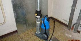 Erneuerung Tauchpumpe im Waschkeller. Neuer Pumpenmotor. Montage von neuem Druckstutzen.