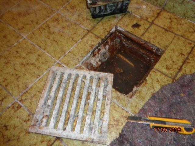 Öffnen von Bodenablauf und dessen Reinigung.