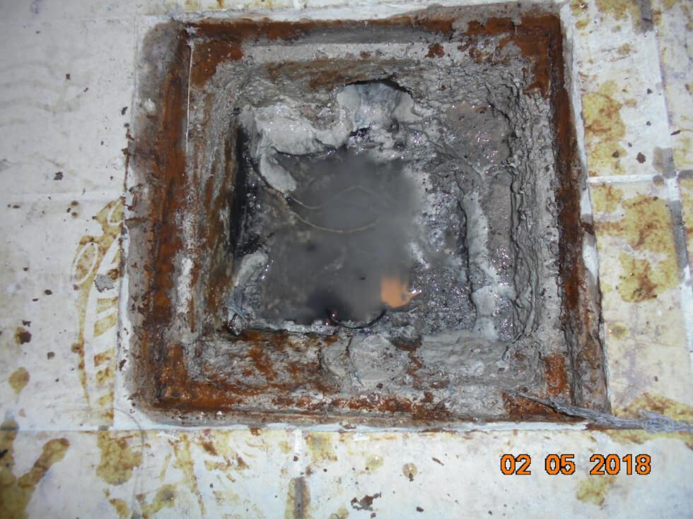 Bodenablauf im Waschkeller ebenfalls versottet durch Wasserrückstau.