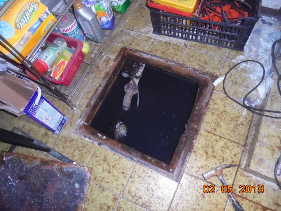 Defekte Hebeanlage. Pumpensumpf steht mit Wasser voll, da Anlage nicht mehr funktionstüchtig ist.
