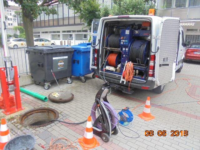 Spülen von Kies aus der Grundleitung mittels Hochdruckspülwagen.