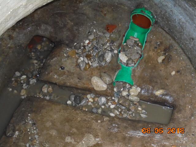 Kieseintrag durch Rohrbruch im Durchlaufschacht mit offenem Gerinne.
