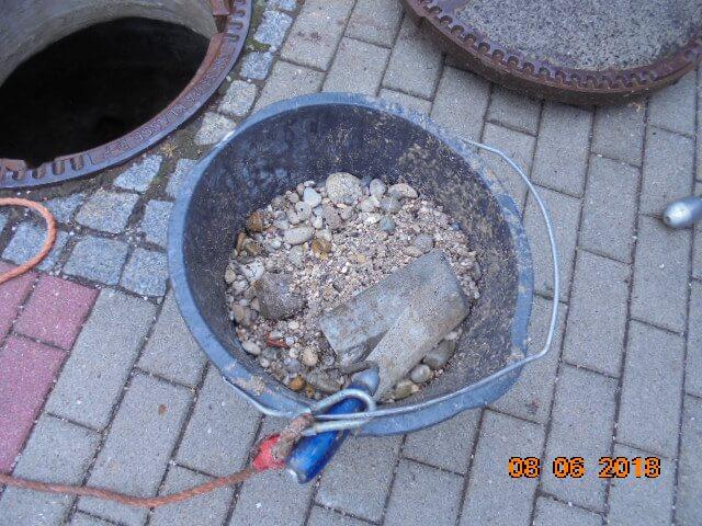 Ausgespülter Kies aus der Grundleitung. Grund hierfür ist ein Rohrbruch.