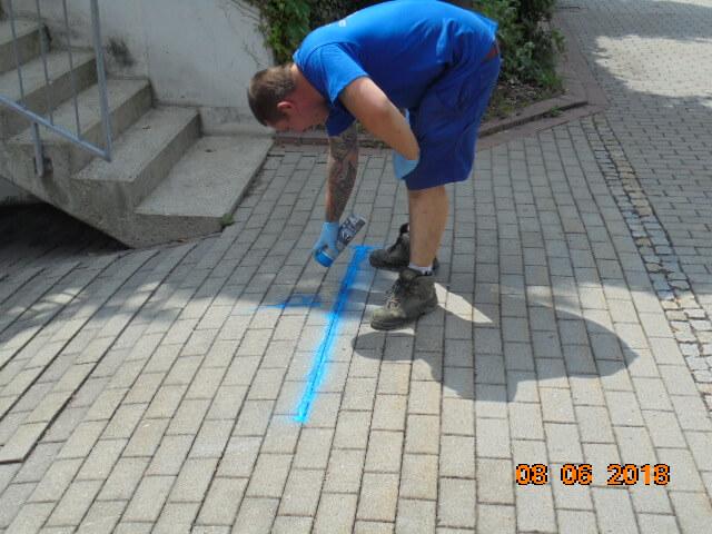 Markierung des georteten Rohrbruchs in der Schmutzwassergrundleitung.