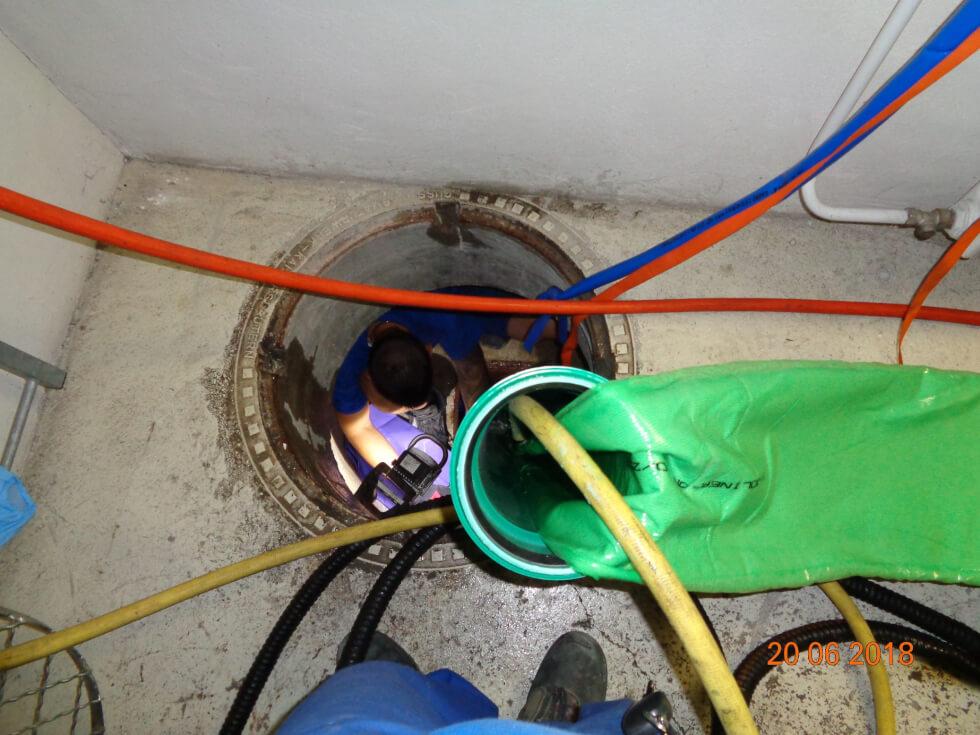 Einbau des Inliners mit Wassersäule für die Kanalsanierung.