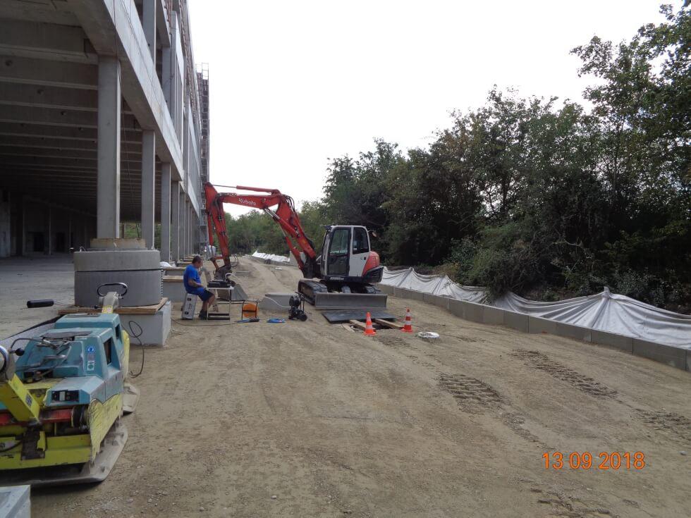 Geräteeinheit für die Durchführung von einer Dichtheitsprüfung von Rohrleitungen auf einer Baustelle.