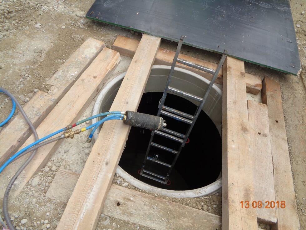 Setzen von Dichtungsblase für Druckprobe von Abwasserleitungen.