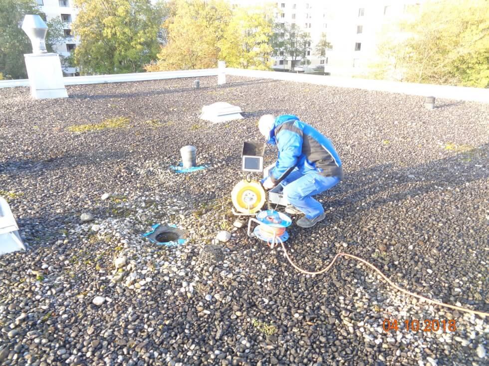 TV-Kanalinspektion über die Entlüftung auf dem Dach um Lage der Verstopfung und der Rohrleitung lokalisieren zu können.