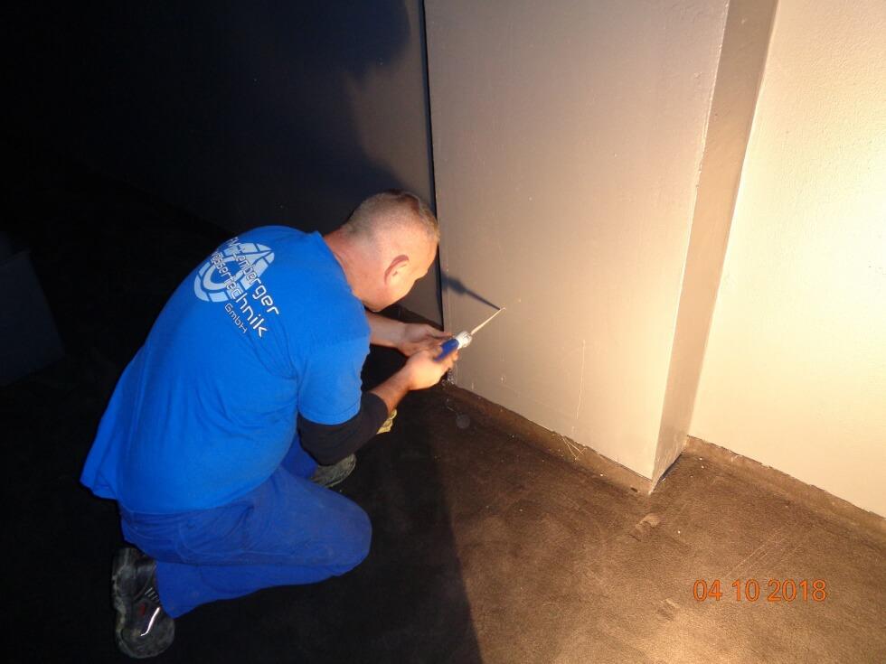 Öffnen von Wand um Zugang zur Rohrleitung und Reinigungsöffnung für die Beseitigung der Rohrverstopfung zu ermöglichen.