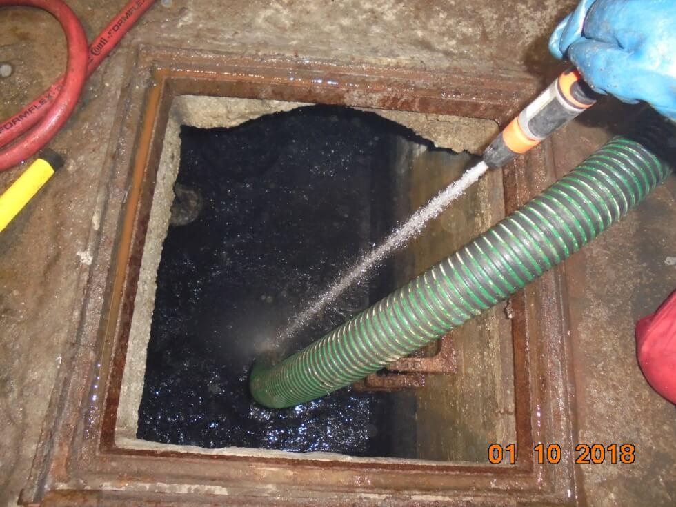 Reinigung des Pumpensumpfes mittels Saug-/Spülwagen als Vorbereitung für Einbau einer neuen Hebeanlage für fäkalienhaltiges Abwasser.