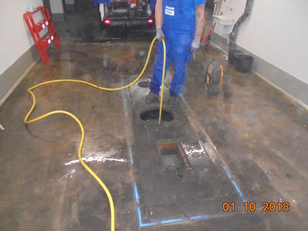 Ausspülen und Reinigung des Benzinabscheiders als Vorbereitung für die Stilllegung.