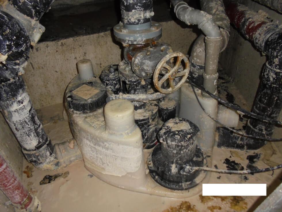 Abwasserhebeanlage über die der Fettabscheider entwässert. Diese konnte nach Reinigung und Überprüfung provisorisch wieder instand gesetzt werden.