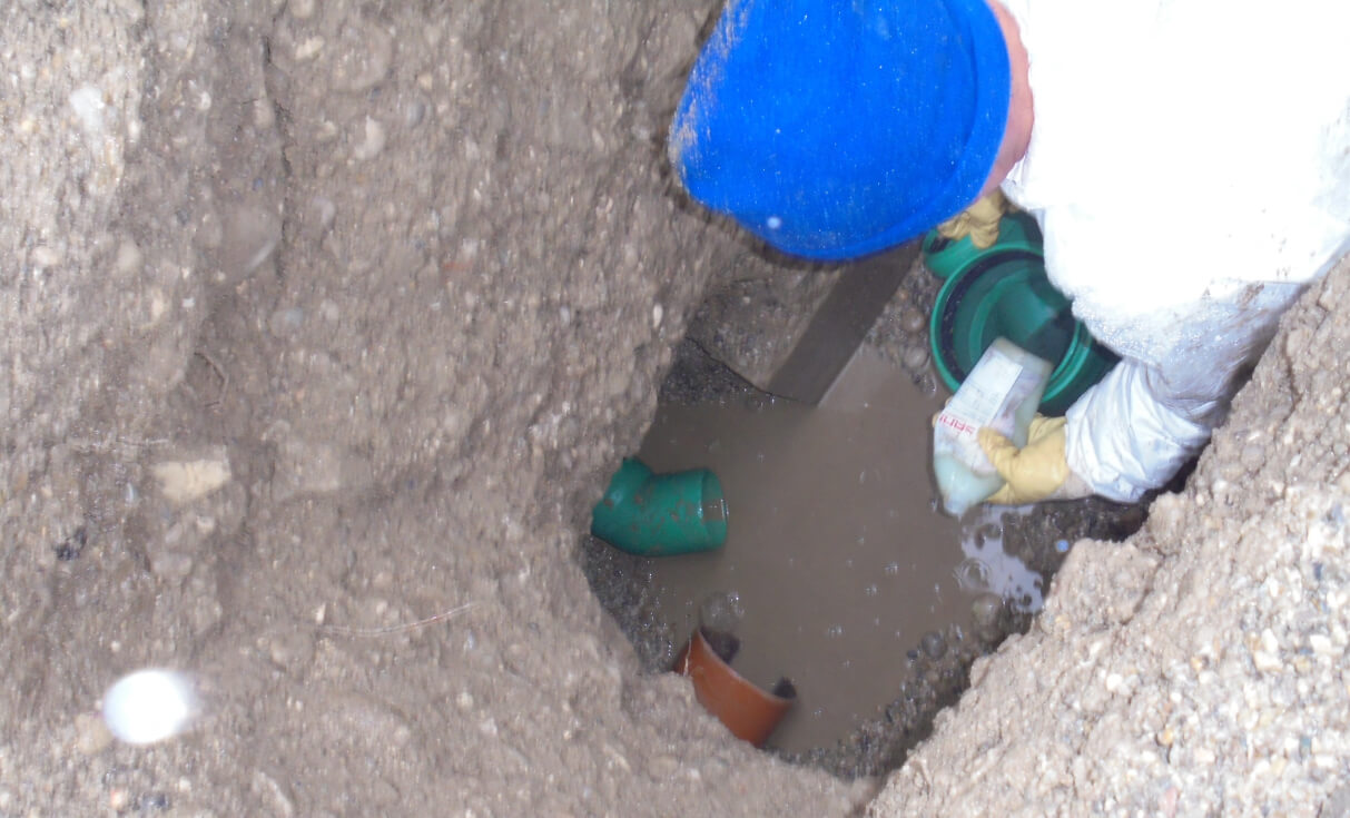 Verlegen und Anschluss von neuem Abwasserrohr Abzweig