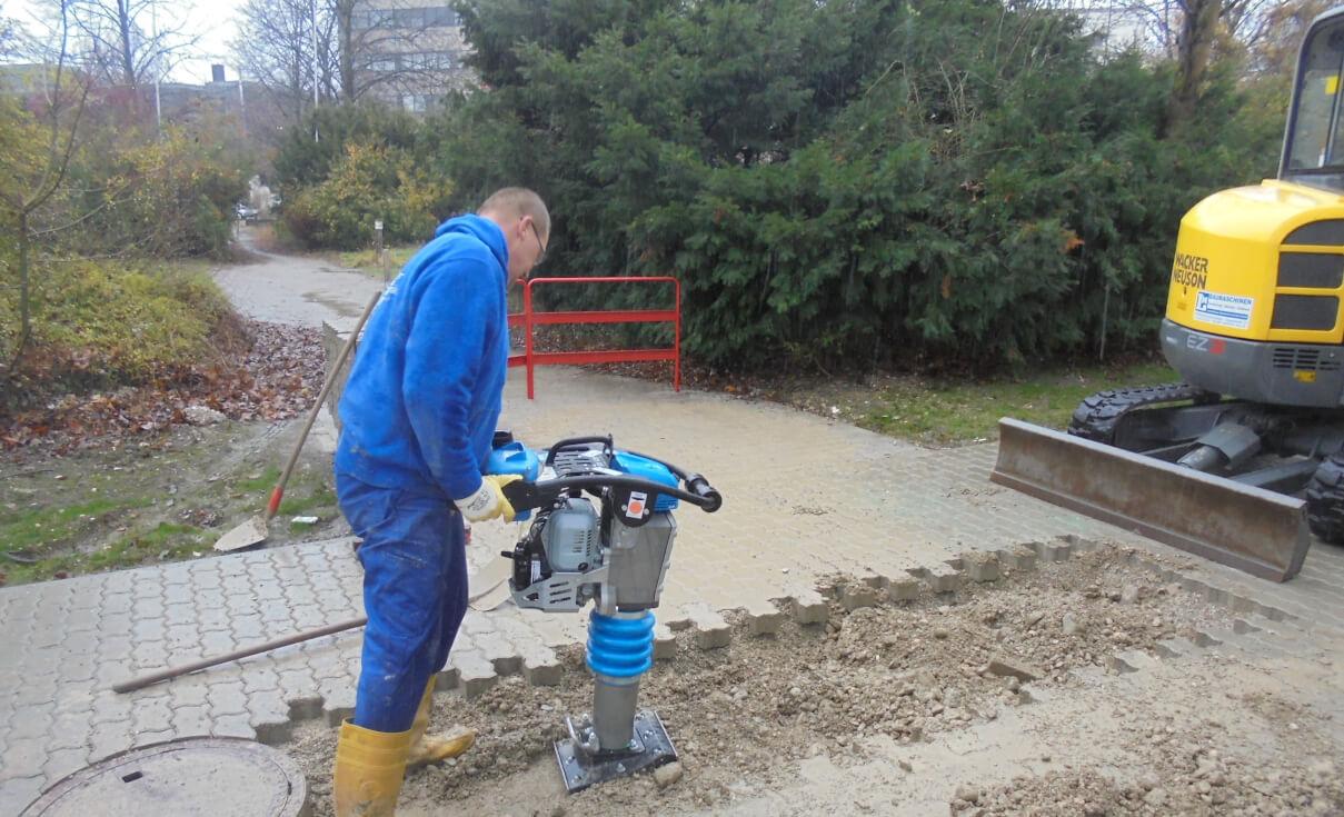Verfüllen und verdichten von Abwasserrohrgraben.