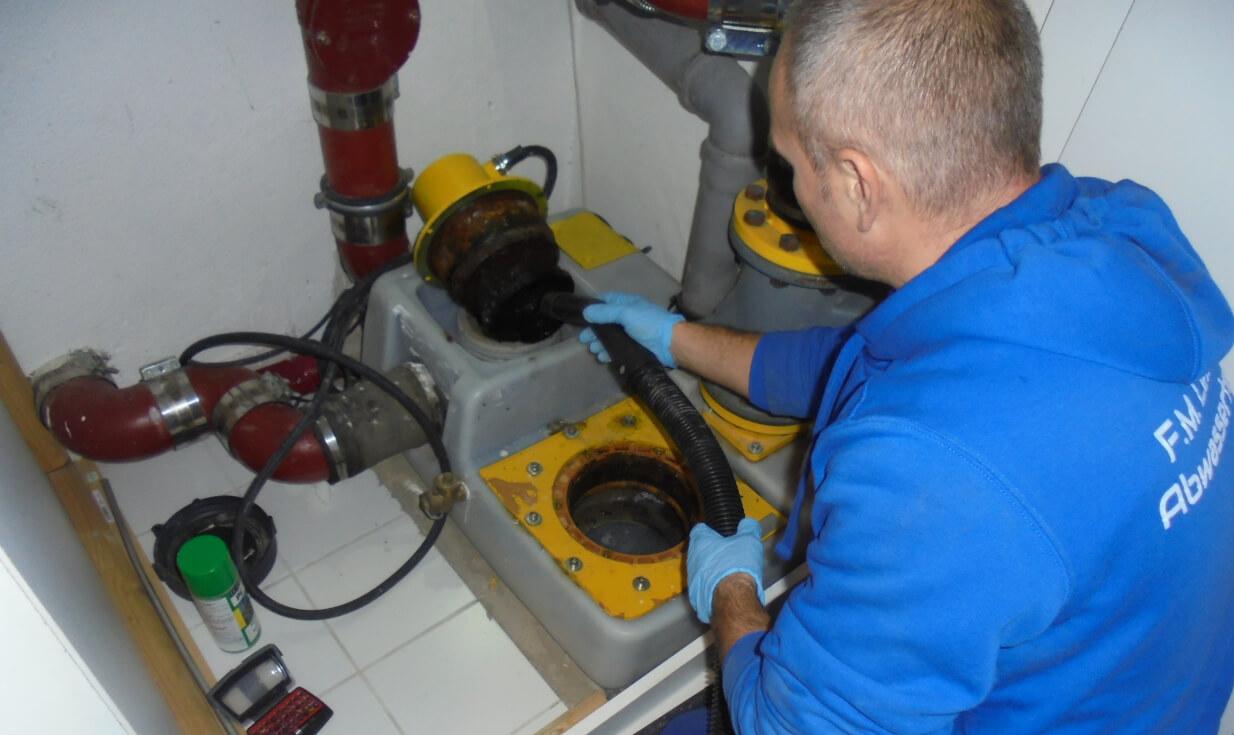Reinigung von Pumpenmotor der Hebeanlage.