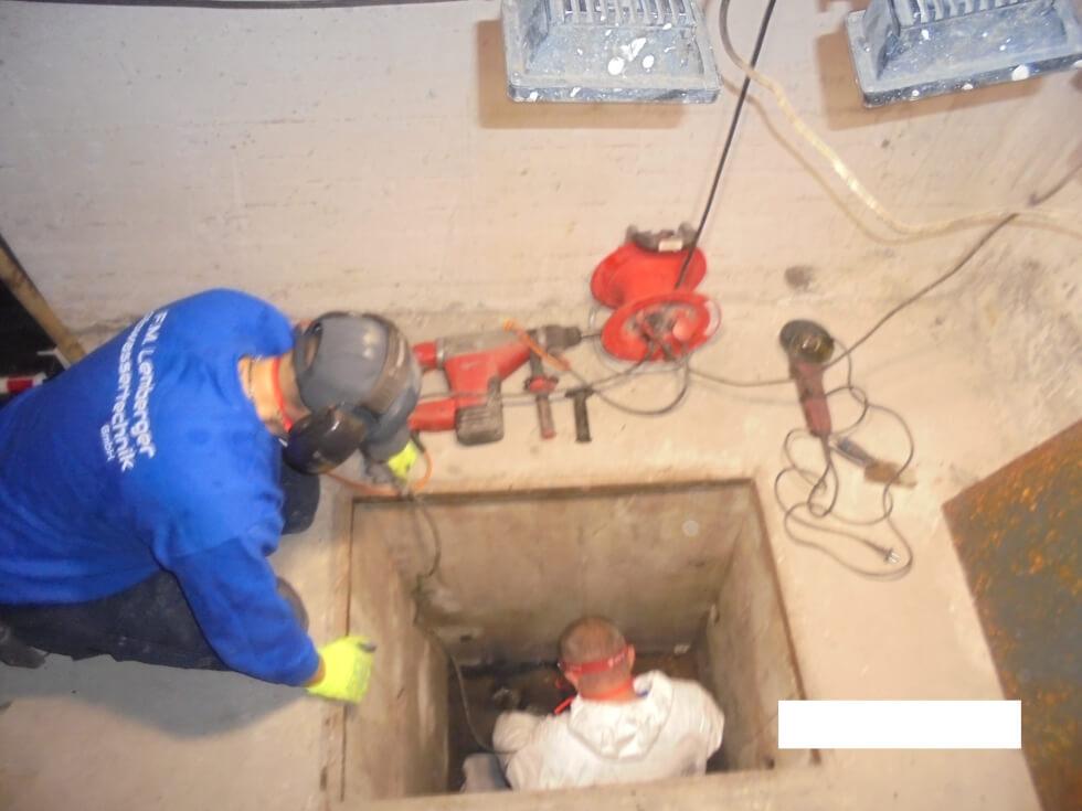 Vorbereitung der Reinigungsöffnung für die grabenlose Rohrsanierung.