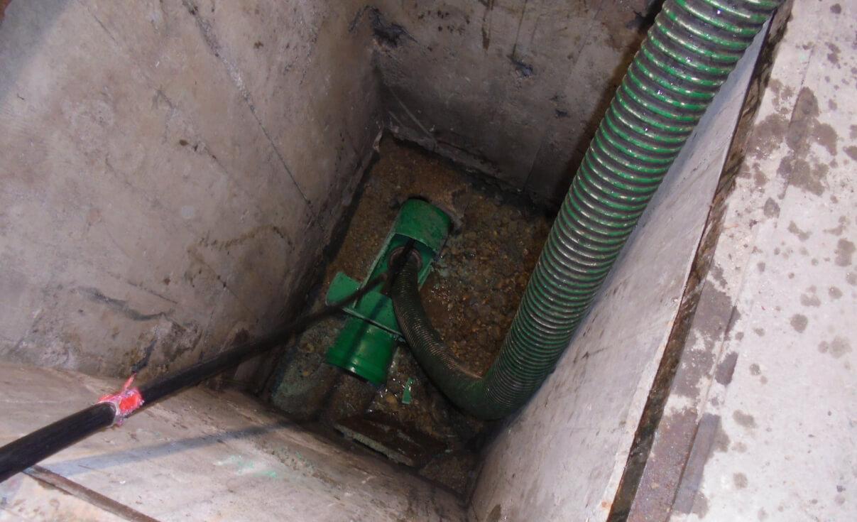 Spülen und Absaugen von Kies und Ablagerungen aus Leitung als Vorbereitung für die Rohrsanierung.
