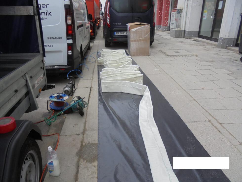 Vorbereitung des Inliners für die Kanalsanierung.